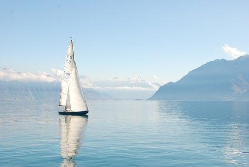 in ruhigem Wasser segeln