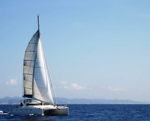 Katamaran segeln über einen See