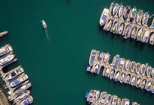 in den Hafen segeln